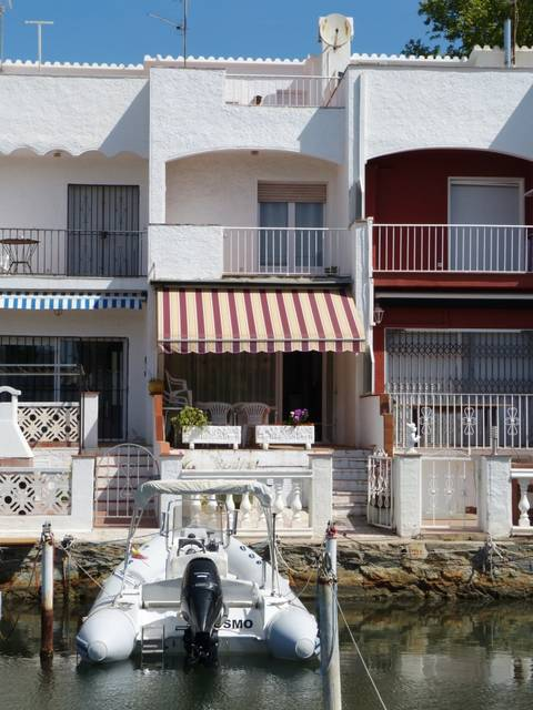 Cozy terraced house with mooring 3x5m for sale, in a very quiet location, and private parking space Spain Costa Brava  Entercasa Empuriabrava