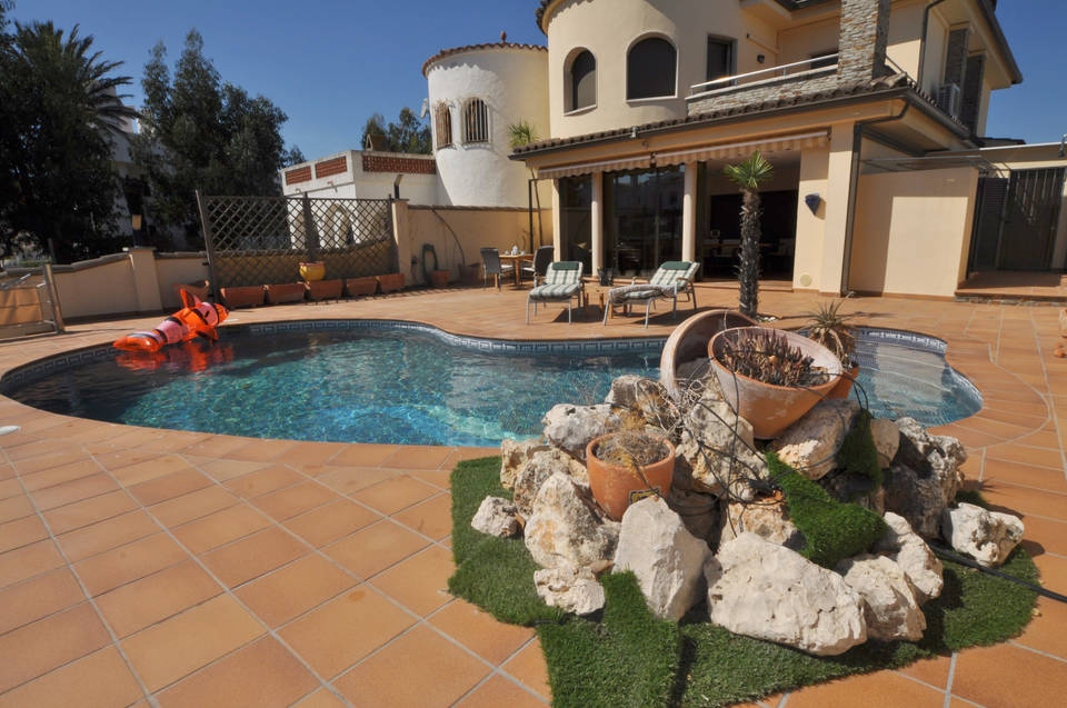 Real estate Entercasa for sale Spain Costa Brava Roses Rosas High standing house for sale in Empuriabrava, in the canal with mooring of 12.5 m
