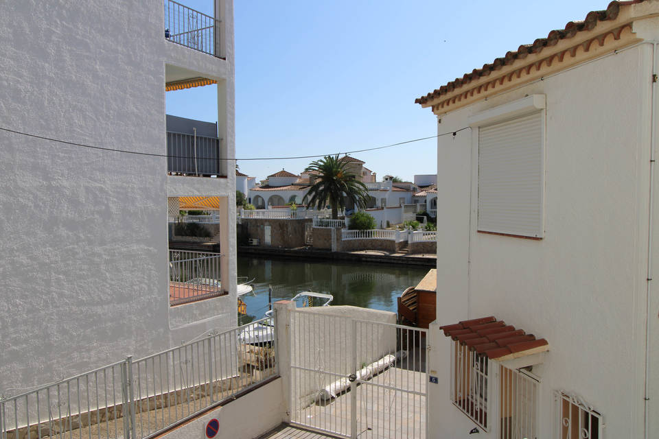 Large studio with a view of the Valira Canal and private outside parking space entercasa sale buy empuriabrava ampuriabrava spain roses rosas costa