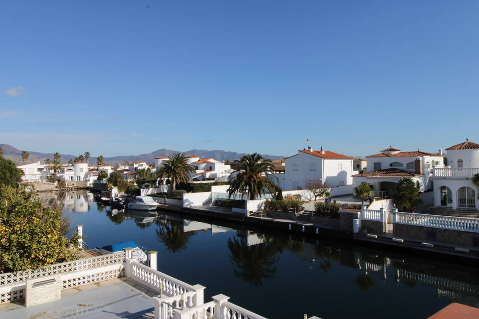 Holiday house on the canal with boat mooring in Ampuriabrava